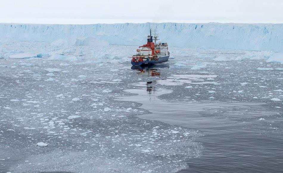 """Das deutsche Forschungsschiff """"Polarstern"""" kartographierte den Meeresboden vor dem Pine Island Gletscher nach einem Abbruch eines grossen Eisberges. Dabei kamen überraschende Fakten an den Tag. Bild: Thomas Ronge"""