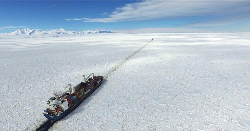 Um sicher durch das Meereis nahe der Station zu gelangen, geleitete die RSS Ernest Shackleton den Frachter (vorne) und bahnte einen Weg durch das einjährige Meereis. Bild: A. Cziferszky@BAS