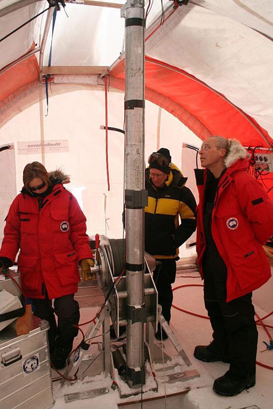 Eiskernbohrungen sind ein wichtiges Mittel für Glaziologen und Klimaforscher, um Informationen aus der erdgeschichtlichen Vergangenheit zu gewinnen. (Photo: Joel Pedro)