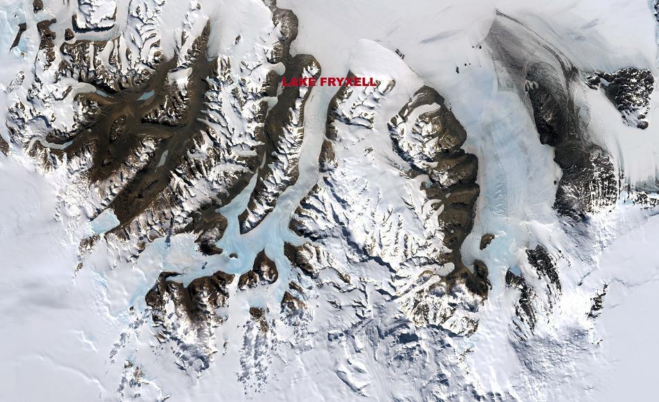 Eines der wenigen Gebiete der Antarktis, das nicht unter tausende von Metern von Eis begraben ist, sind  die McMurdo Trockentäler, die auf diesem Satellitenbild zu sehen sind. Während weniger Wochen im Sommer sind die Temperaturen warm genug um Gletschereis zu schmelzen, das sich in Flüssen sammelt und Süßwasserseen speist, die sich im niederen Bereich der Trockentäler befinden. Unter einer Eisschicht bleiben diese Seen ganzjährig flüssig und beherbergen Bakterien-Kolonien und Phytoplankton. Dieses Bild wurde vom Landsat 7 Satelliten am 18. Dezember 1999 aufgenommen. (Bild: Robert Simmon /NASA GSFC Oceans and Ice Branch / Landsat 7 Science Team)