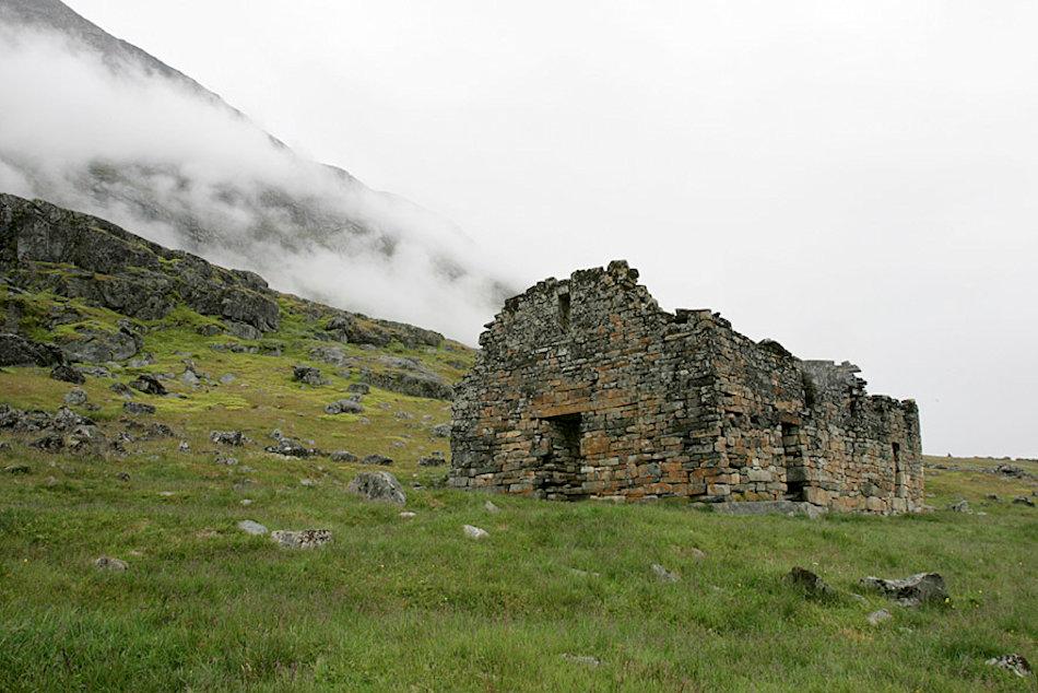 Die Wikinger nutzten den Handel mit Walrosszähnen, um eine gewisse Eigenständigkeit zu erlangen. Ab 1000 wurde die Christianisierung eingeleitet und eigene Kirchen gebaut. Um 1120 herum erhielten die Siedler auch einen eigenen Bischof. Bild: Wikipedia